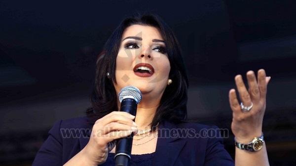 البوابة نيوز: منى الشاذلي تغازل إحدى فتيات مدرسة  مصر الخير