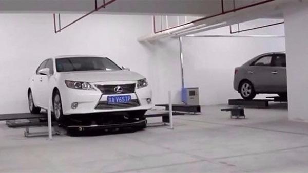 بالفيديو.. روبوتات لركن السيارات في الصين