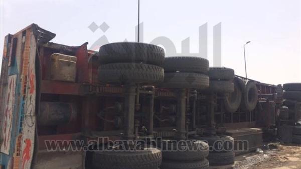 : بالصور.. رفع آثار حادث انقلاب سيارة نقل أعلى دائري المريوطية