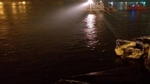 :  الضفادع البشرية تنتشل جثة سائق انتحر بسيارته في قناة السويس