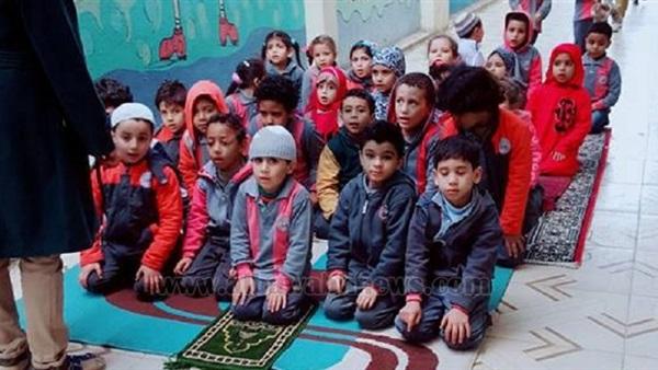 : بالصور.. صغار في  مرحلة رياض الأطفال  يتعلمون الصلاة بإحدى المدارس