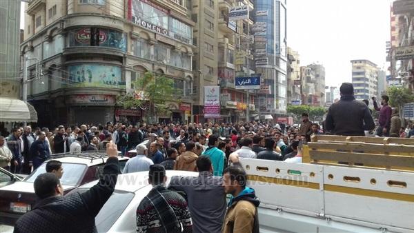 : بالصور.. وقف احتجاجية للعشرات من الباعة الجائلين وأصحاب المحال التجارية بالمنصورة