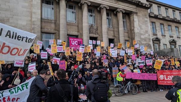 : الجامعات البريطانية تبحث عن حل لإضراب المحاضرين بشأن المعاشات