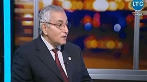: رئيس الطب العلاجي السابق يحذر من هروب الأطباء من مصر