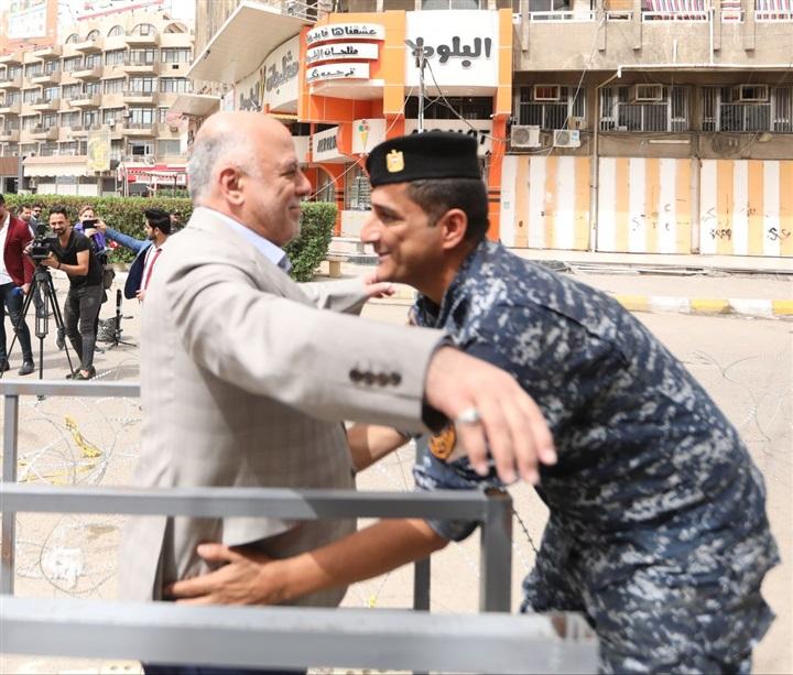 تفتيش رئيس الوزراء العراقي قبل الإدلاء بصوته في الانتخابات