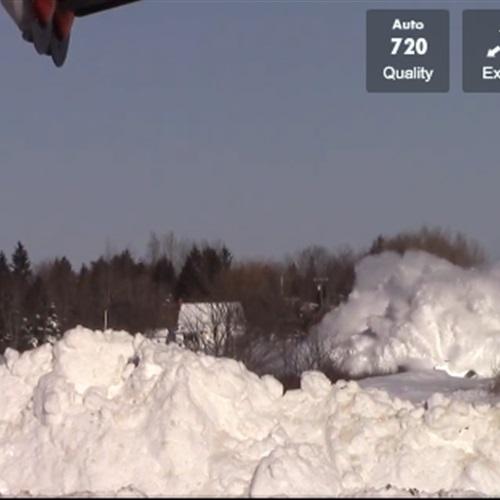 البوابة نيوز: بالفيديو..  تحدي الثلج .. قطار يزيل آثار الطقس السيئ من على القضبان!