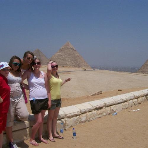 :  الإندبندنت  تنصح السائحين البريطانيين بالعودة إلى مصر