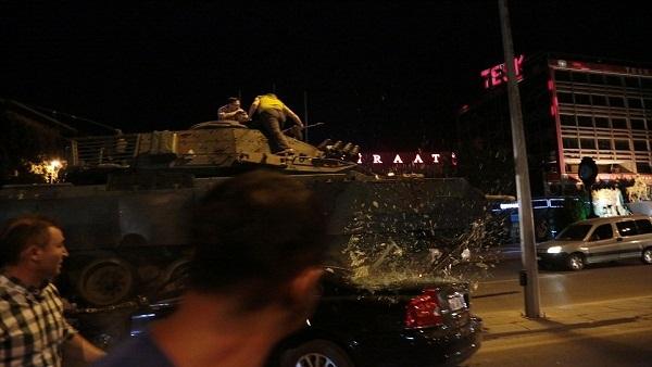 بالفيديو.. دبابة تركية تسحق سيارة حاولت عرقلة سيرها في الشارع 646