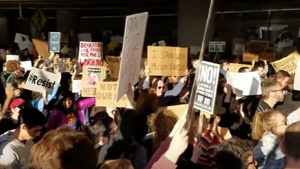 مظاهرات في مطارات أمريكية ضد قرارات ترامب بشأن المسلمين