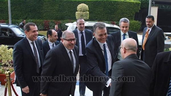 بالصور... وزير النقل الجديد يصل مكتبه لاستلام مهام عمله