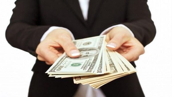 """""""الفزورة"""".. هبوط دولار وفوضى أسعار.. البنك المركزي: الوضع مستقر.. رشاد عبده: """"تخبط"""".. وخبير اقتصادي: الحل في الرقابة ودفع عجلة الإنتاج"""