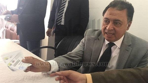وزير الصحة يوزع كروتًا طبية للوافدين من سيناء للعلاج بالمجان