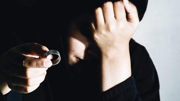 تطلب الخلع بعد سرقة الزوج مصاغها لشراء مخدرات