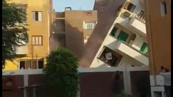 إنفراد : لحظة إنهيار عقار مكون من 5 طوابق بمنطقة الحميات بسوهاج