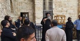 بالصور.. مطران القدس يرأس وقفة احتجاجية أمام دير السلطان