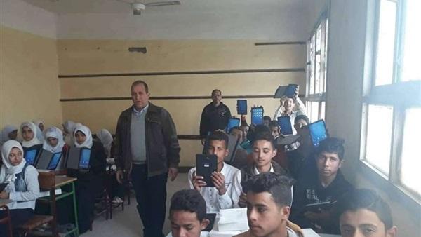 البوابة نيوز: توزيع 68 ألف تابلت على طلاب مدارس الجيزة