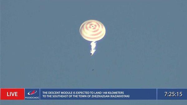 بعد تصويره أول فيلم في الفضاء.. عودة طاقم سينمائي روسي إلى الأرض بسلام