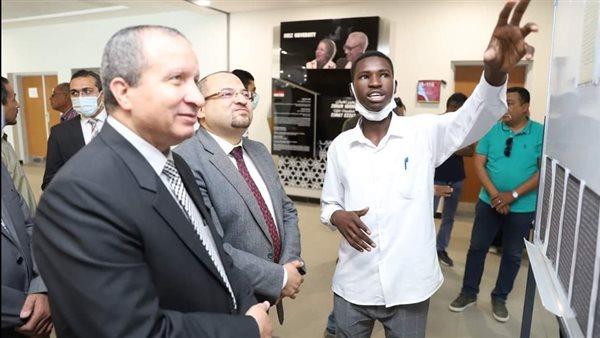 """رئيس جامعة السويس يتفقد معرض فنى بـ""""طب الأسنان"""""""