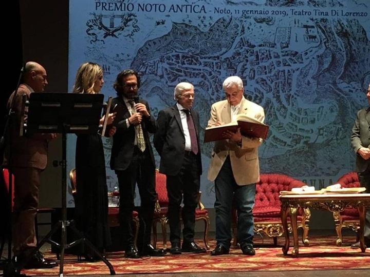 """بالصور.. إيطاليا تمنح زاهي حواس جائزة """"نوتو"""""""