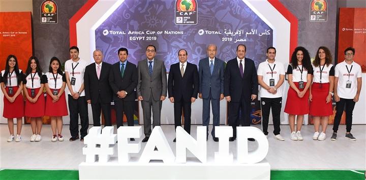 بالصور.. السيسي يتسلم أول بطاقة مشجع وتميمة بطولة الأمم الأفريقية