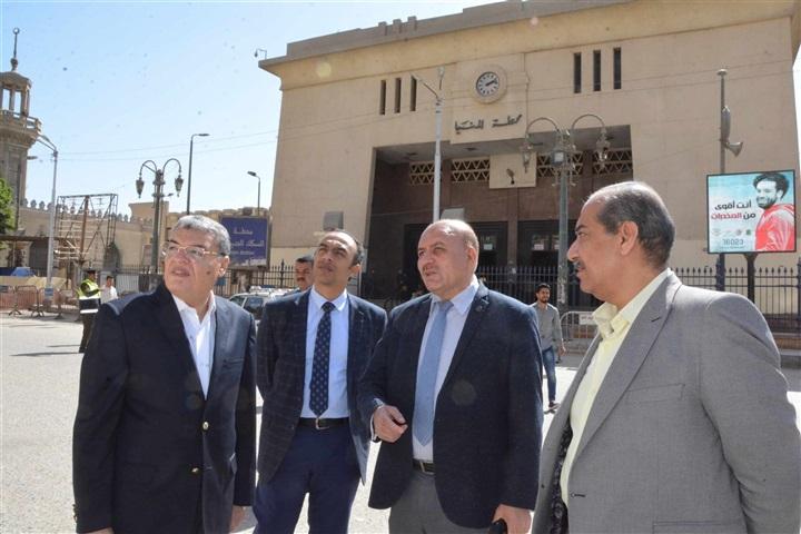 محافظ المنيا يتفقد أعمال تطوير ميدان المحطة ويوجه بتعقيم السكة الحديد