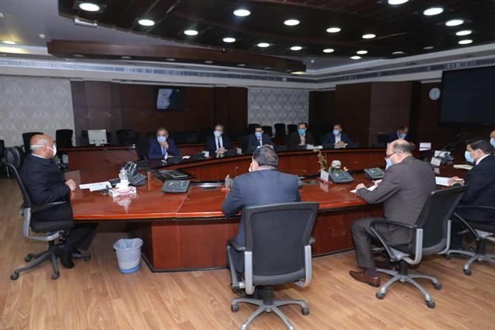 """وزير النقل يتابع إعادة تأهيل خط سكة حديد """"قنا - سفاجا - أبو طرطور"""""""