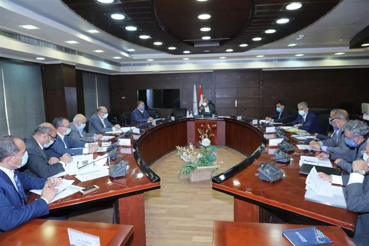 وزير النقل يجتمع بالشركات المنفذة لمشروع تطوير مزلقانات السكة الحديد