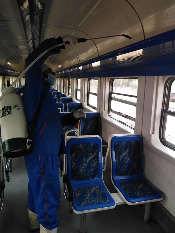 بالصور.. السكة الحديد تواصل تعقيم وتطهير القطارات