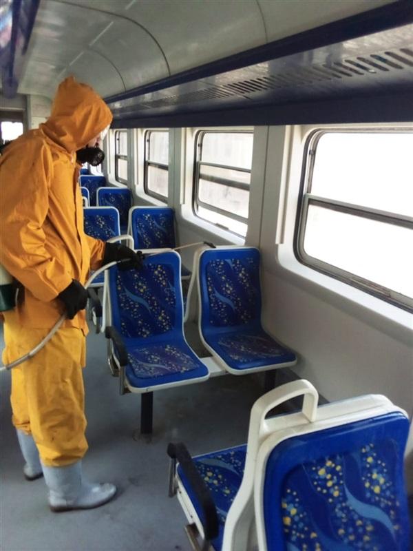 بالصور.. تطهير وتعقيم محطات وقطارات السكة الحديد