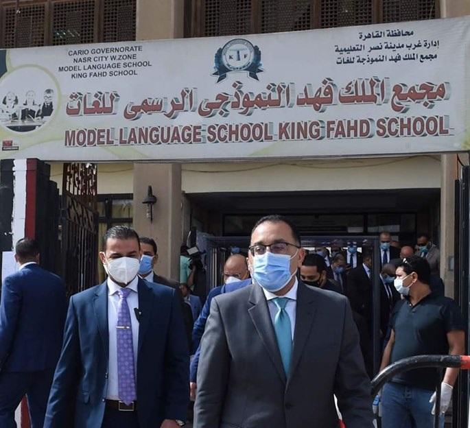 رئيس الوزراء يتفقد لجان الثانوية العامة ويتابع تطبيق الإجراءات الاحترازية