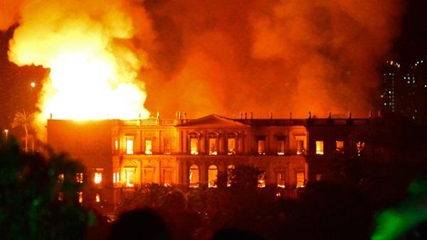 حريق هائل في كاتدرائية