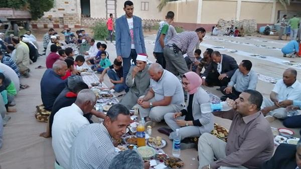 : بالصور.. محافظ الوادي الجديد يتناول الإفطار مع أهالي واحة بلاط