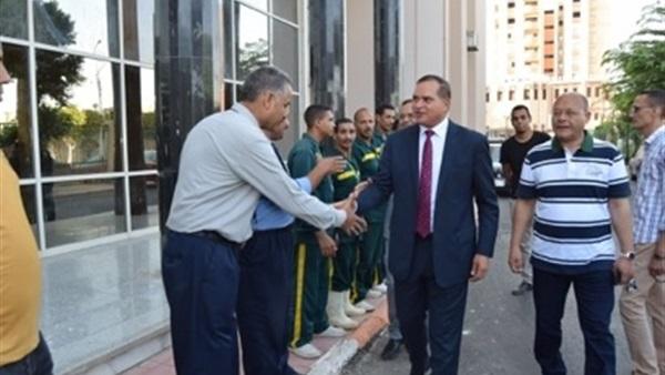 : رئيس جامعة سوهاج يلتقي الأطباء المقيمين بالمستشفى أول أيام العيد