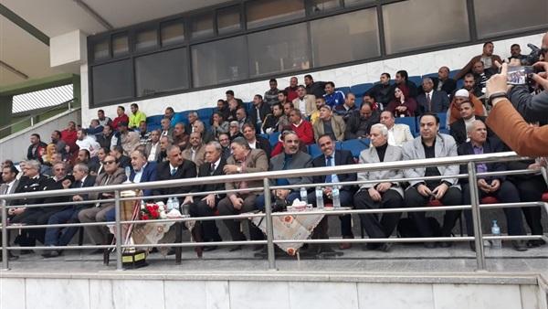 : بالصور.. محافظ القليوبية يسلم كأس دوري مراكز الشباب لفريق بهادة