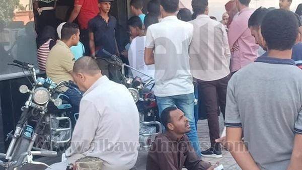 : تكدس أمام  المصرية للاتصالات  بالأقصر بسبب  شريحة التابلت